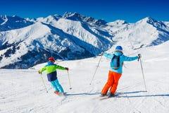 有他的母亲的逗人喜爱的滑雪者男孩获得乐趣在冬天滑雪场 库存照片