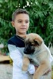 有他的狗的拉丁孩子 库存照片