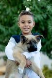 有他的狗的拉丁孩子 免版税图库摄影