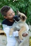 有他的狗的拉丁孩子 免版税库存图片