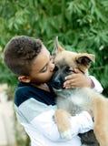 有他的狗的拉丁孩子 图库摄影
