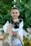 有他的狗的拉丁孩子 库存图片