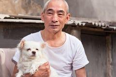 有他的狗的老中国人。 免版税图库摄影