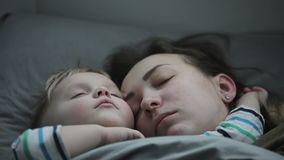 有他的睡觉在容忍的母亲的一个小男孩 影视素材
