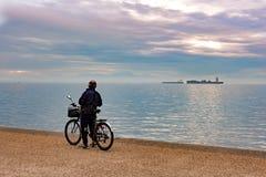 有他的自行车身分的老人和享受看法  免版税图库摄影