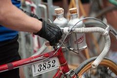 有他的葡萄酒自行车的骑自行车者,在种族面前 免版税图库摄影