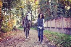 有他的马的女骑士在乡下 免版税图库摄影