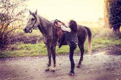 有他的马的女骑士在乡下 免版税库存照片