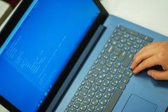 有代码行的膝上型计算机屏幕 程序员在编程语言写一种应用 库存照片
