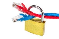 有以太网缆绳的挂锁关闭  互联网数据保密性信息保障概念 背景查出的白色 图库摄影