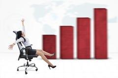 有企业图表的快乐的女工 库存图片