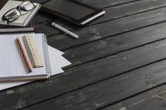 有企业对象的办公桌-开放笔记本,片剂计算机,玻璃,统治者,铅笔,笔 文本的空位 免版税库存照片