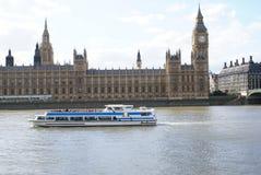 有伊丽莎白塔和威斯敏斯特桥梁的威斯敏斯特宫在泰晤士河在伦敦,英国 库存照片
