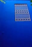 有伊斯兰艺术的装饰蓝色墙壁 免版税库存照片