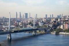 有伊斯坦布尔背景的老和现代边的金黄垫铁地铁桥梁 免版税库存照片