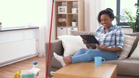 有休息在家庭清洁以后的平板电脑的妇女 股票视频