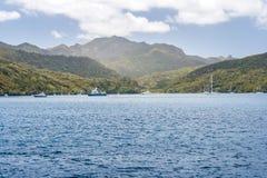 有休息在港口的游艇的海岛 库存照片