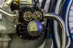 有优美的盖帽钢优美的管子零件和表面无光泽的块的老摩托车引擎 库存图片