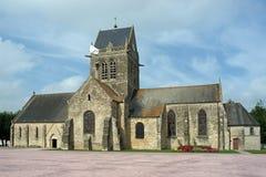 有伞兵的教会Sainte Mï关于ï ¿ ½ glise的¿ ½塔的在Fr 免版税库存照片