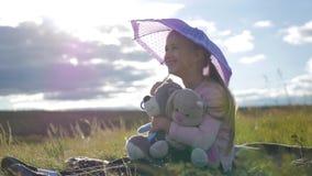 有伞和玩具的愉快的滑稽的小女孩 使用在自然的孩子户外 儿童梦想概念 影视素材