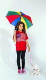 有伞和玩具的逗人喜爱的矮小的微笑的美国黑人的女孩 库存照片