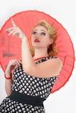 有伞图片的女孩仿照20世纪60年代样式 库存图片