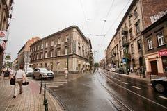 有伞步行的人们通过街道 免版税库存图片
