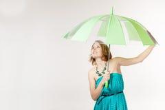 有伞的一名妇女在工作室 免版税库存图片