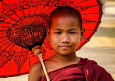 有伞的一名年轻修士在Bagan,缅甸 免版税库存照片