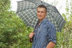 有伞的人在雨中 库存图片