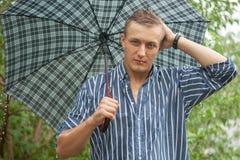 有伞的人在雨中 免版税库存图片