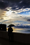 有伞的人在风暴期间 免版税库存照片