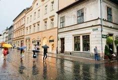 有伞的人走在雨下的 免版税图库摄影