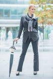 有伞的可爱的时髦的妇女 免版税图库摄影