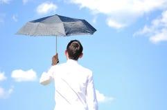 有伞的商人 免版税库存图片