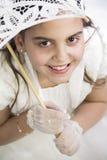 有伞的女孩在她的第一个圣餐 免版税库存图片