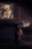 有伞的女孩在电影院 免版税图库摄影