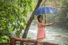 有伞的女孩在雨林里 免版税库存照片