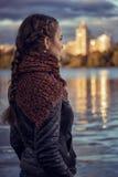 有伞的女孩在水库 免版税库存照片