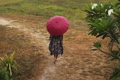 有伞的女孩 免版税库存图片