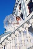 有伞的好新新娘 免版税库存照片