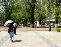 有伞的妇女反对太阳 免版税图库摄影