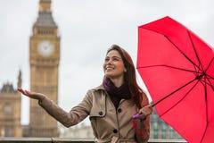 有伞的妇女大本钟,伦敦,英国 免版税库存图片