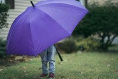 有伞的孩子 库存图片