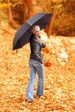 有伞的小姐 免版税库存照片