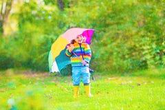 有伞的小美丽的女孩 图库摄影