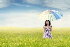 有伞的少妇本质上 免版税图库摄影