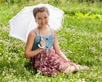 有伞的微笑的美丽的女孩 库存照片