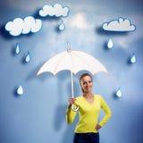 有伞的愉快的微笑的少妇 免版税库存图片