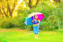 有伞的甜小女孩 库存照片